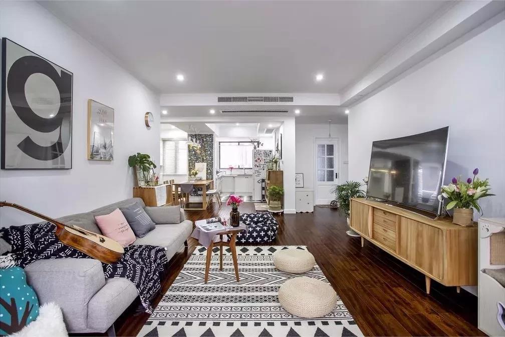 由于窗帘选择的让客厅通透性很好,明亮宽敞,电视柜可以做收纳柜实用。