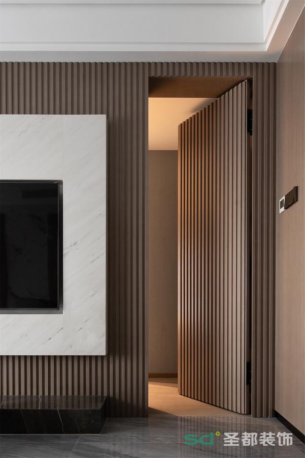 电视背景墙后安置了客卧,以隐形门的形式,兼顾墙面的整体性和卧室的隐私性。