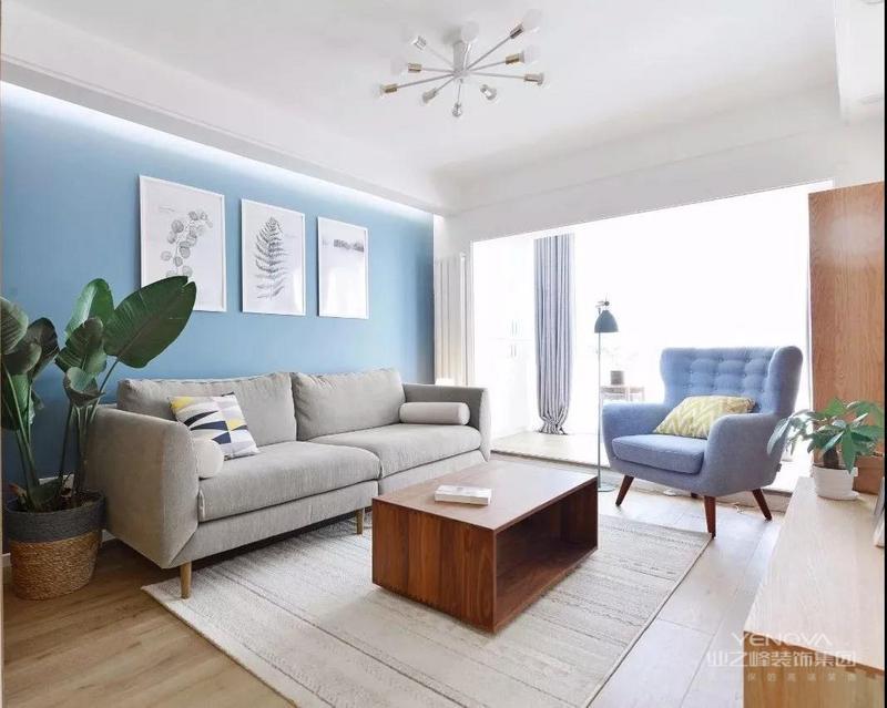 走过餐厅之后就到了客厅空间,浅蓝色的背景墙搭配上相近色彩的单椅,起到相互呼应的作用。在原木色的主体空间内有了这样一抹跳跃的色彩,看起来更舒服一些。