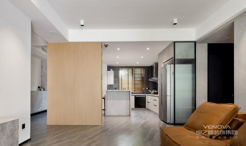 客厅看向餐厨空间,木质的融入让理性的灰调空间多了一份温柔。