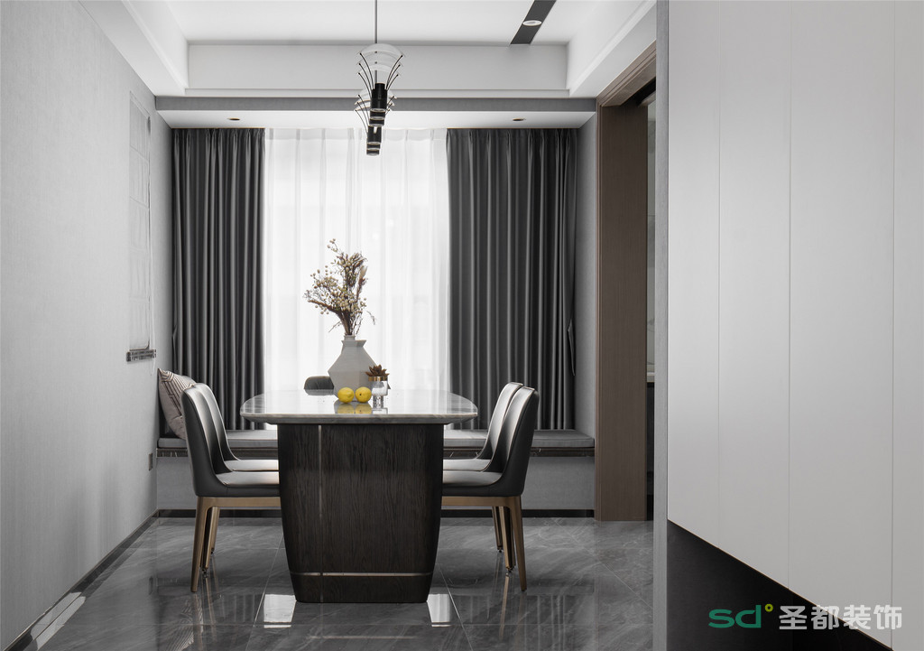 用餐的仪式感,一家人情感交流的中心,就在餐厅这个写满了温情的地方。素雅的色调配上质感的餐桌椅,完美赋予这片空间以用餐的仪式感。