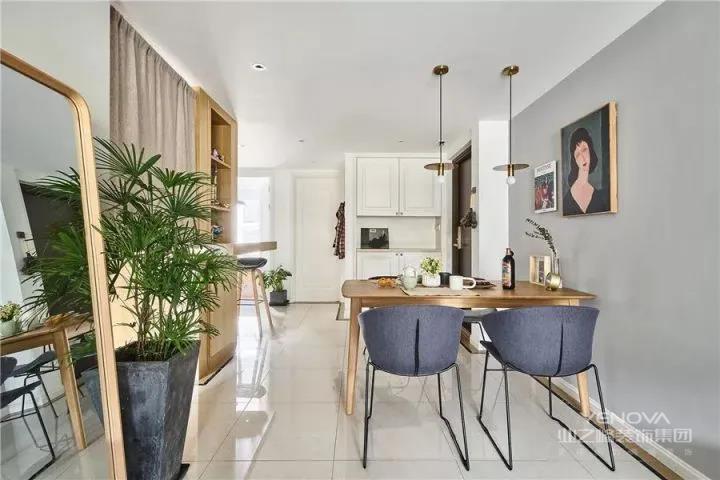 原木的餐桌配上几把铁质蓝色桌凳,柔和搭配金属完美结合。各种精致舒适的软装,绿植,落地镜,给空间带来年轻简约感觉