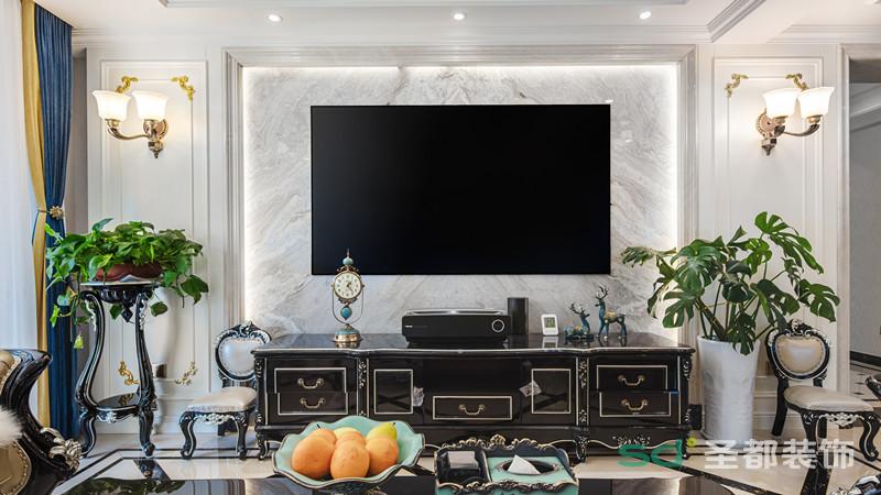 烤漆黑色电视柜放置的欧式座钟和小鹿摆件相映成趣,两旁的绿植为空间增添了清新自然的味道。