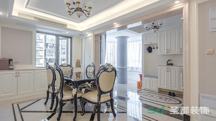 开放式的餐厅不显压抑,富有纹理的贴花瓷砖与同色系餐桌椅相呼应,极具艺术气息的水晶吊灯为用餐环境增添了几分浪漫与优雅。