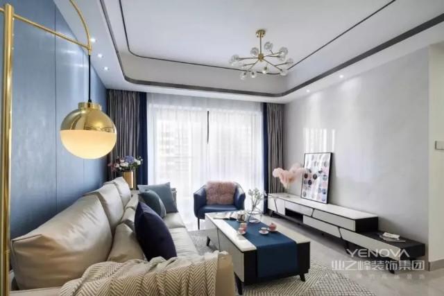 客厅没有选择电视,电视墙没有任何装饰,仅在电视柜摆放一幅装饰画,加上精致的灯饰,大大提升了空间质感。