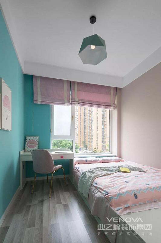儿童房的配色会更为清新一些,绿色搭配藕粉色,床品和窗帘的颜色和款式都比较可爱,整体给人一种浪漫、优雅的感觉。