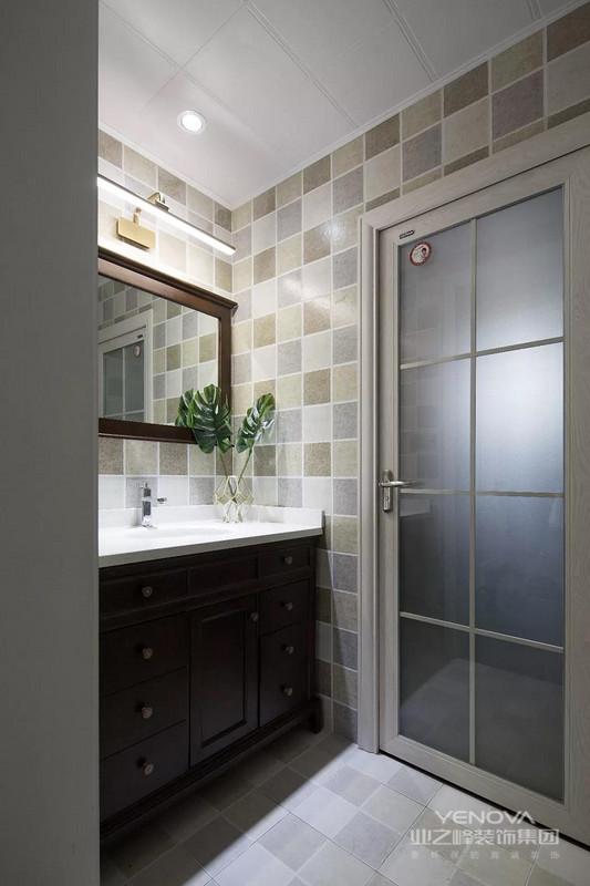 卫生间的洗手台被放在了门外,多彩的仿古小砖铺满了这个空间的墙地面,深木色的浴室柜和浴室镜带来更传统的美式风感觉。