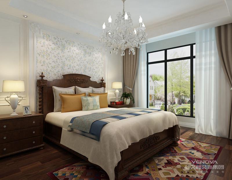 欧式简约风格装修也适用于大房子,否则无法展现欧式的简约风格装修气势。室内采用壁纸、地毯、窗帘、床罩、帐幔及古典装饰画,追求空间变化的连续性和形体变化的层次感简约设计,体现华丽的现代风格