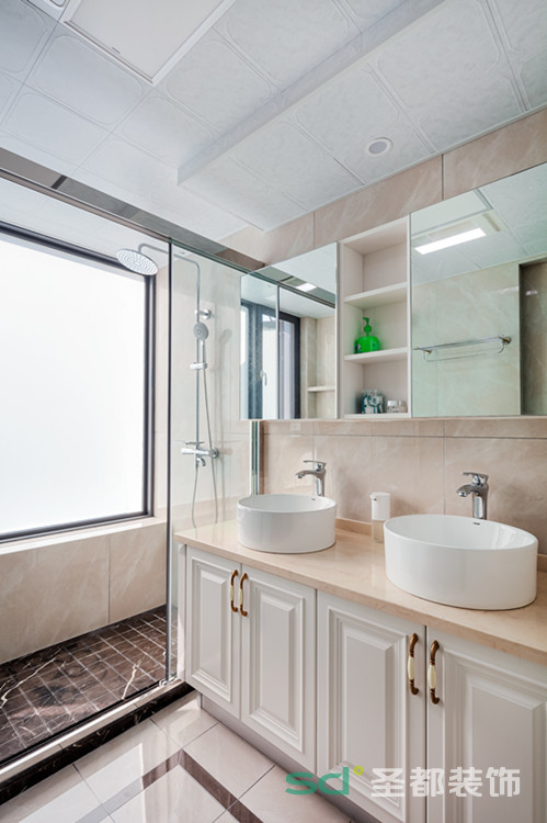 卫生间的设计干净清爽、方便清洗。延续整体的主色调象牙白作为主色系,简洁中不失优雅。