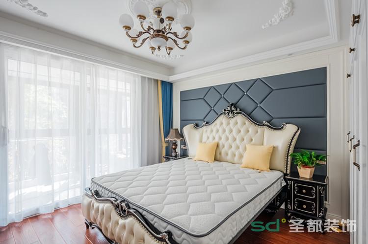 """卧室的整体设计文气舒朗,宁静舒适。天气晴好时,阳光会透过大大的落地窗,均匀细致地洒到房间里,给主人一个温柔的""""早安吻""""。"""