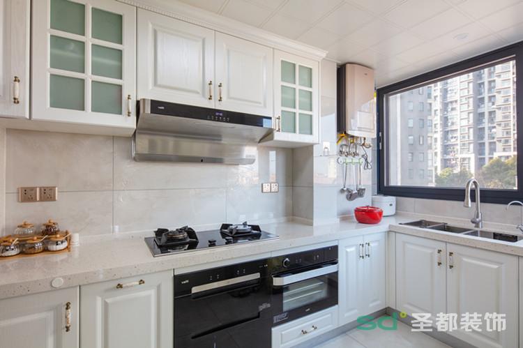 简单纯白色的厨房,和整个风格色系统一