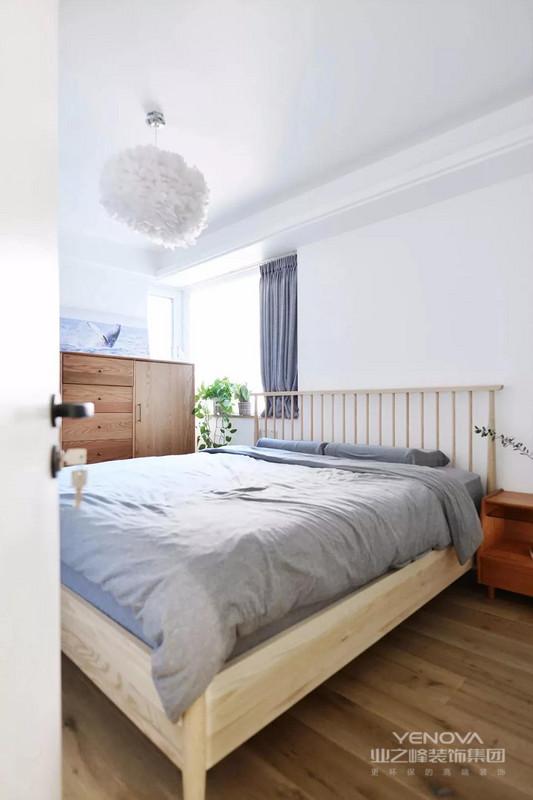 主卧室的面积是比较宽敞的,设计师用浅色系的床和床品搭配上白色墙面,再加上一个羽毛吊灯,让卧室看起来很有文艺范,也有着一种北欧风的感觉。