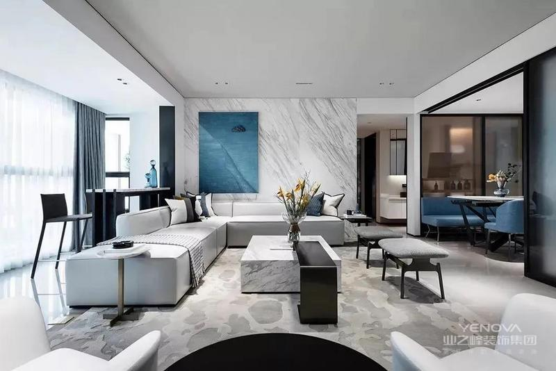 客厅没有电视墙的设计,黑白配的家具,结合灰色的地毯与沙发,有一种高级时尚的空间感