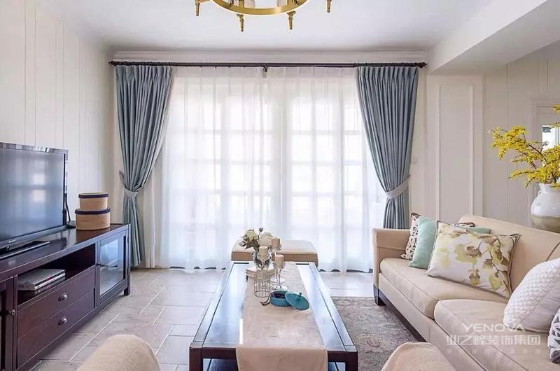 灰蓝色窗帘,与白色的纱帘搭配,清爽优雅,使家居空间具有一种明朗与沉稳的理性气质。