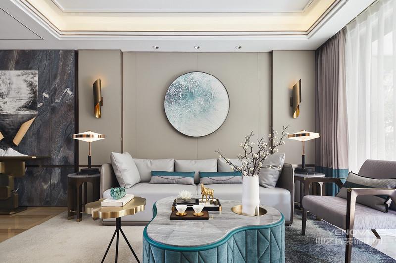 莫兰迪灰色系的皮质沙发,墙上的圆形装饰犹如一轮满月,一朵白色的莲花在这轮满月下静静的绽放,茶杯与花器的简洁造型与铜马、核桃的丰富细节,再次形成对比,搭配极致精巧。