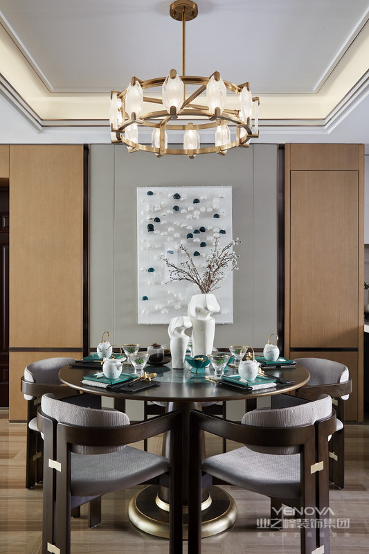 餐厅位于开放式空间的另一端,孔雀蓝在此化身为瑰丽的石材餐桌。墙上的装饰挂件,点点绿色隐没在白色之间,似雪中的山峦,寥寥数笔,却散发出迷人的微醺美感,成就了一股现代轻奢风。