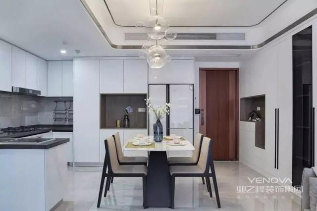 开放式的厨房设计,U字型的橱柜布局,让厨房的收纳空间非常充足。