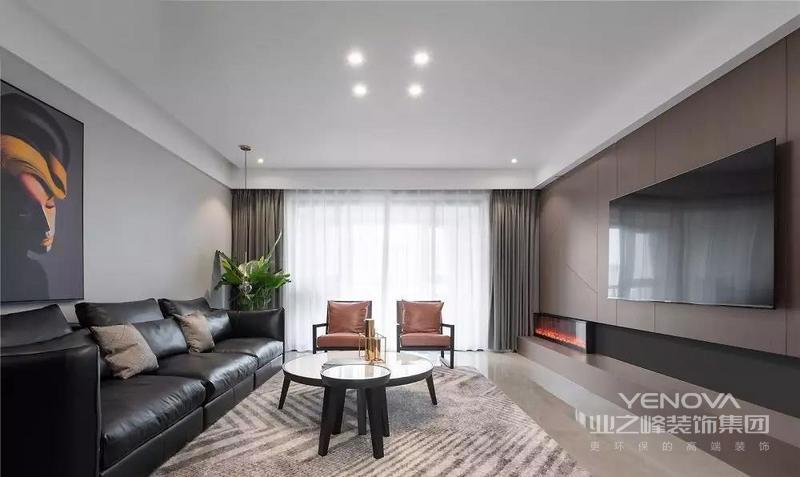 客厅,利落的线条与经典黑白灰是绝佳搭档,温润的木质融入其中则让理性的空间变得柔和起来。