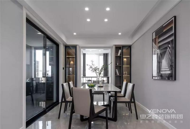 餐厅,两侧的餐边柜从实用出发的同时带来设计美感,玻璃柜门配合灯带设计,多了几分若隐若现的美感。