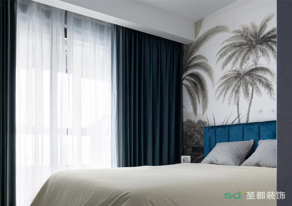 次卧的背景墙选用了椰树壁纸,度假风满满,让居者在这里更能感受到休闲与浪漫。