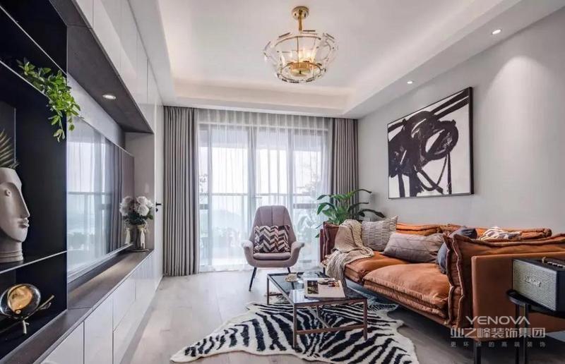 客厅整体以灰色调为主,搭配橙色的沙发、创意的挂画和一个虎皮纹地毯,软装与硬装的结合,给人一种高级感在空间展开的感觉。