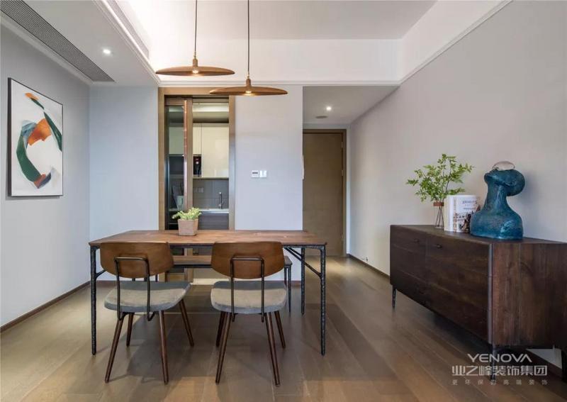 入户玄关处了部分的嵌入式鞋柜,设计师从玄关开始就铺设了木地板,墙面也都刷成了浅灰色,让整个空间看起来更加整体。