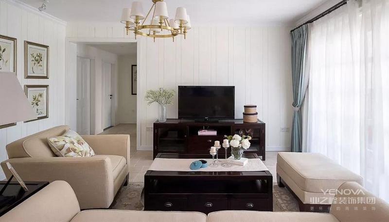 整体以白色作为基色,搭配米白色的沙发,既有白色的浪漫,相比白色又多了几分温暖和高贵。