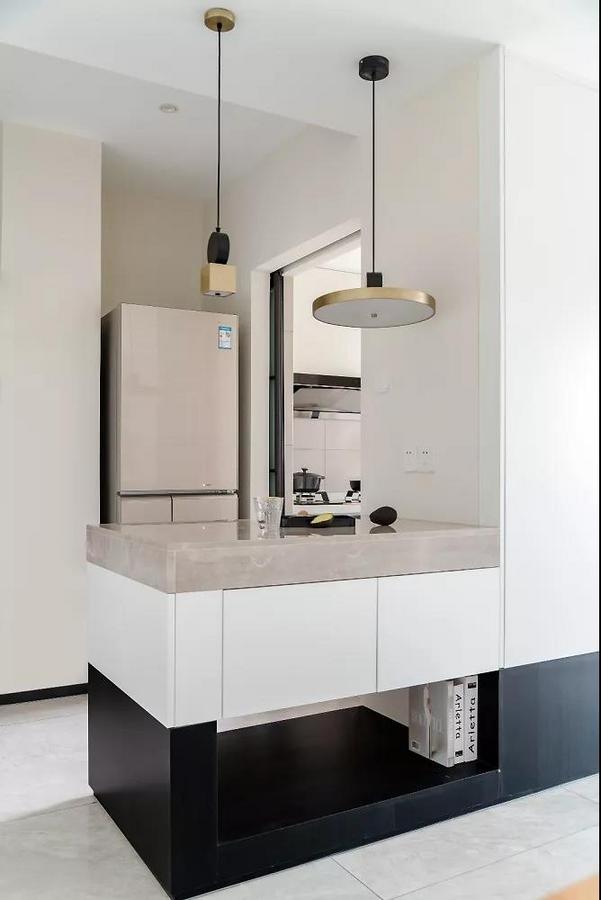 吧台造型简约,有镂空的地方就有呼吸感。保留两个大抽屉,属实好用。