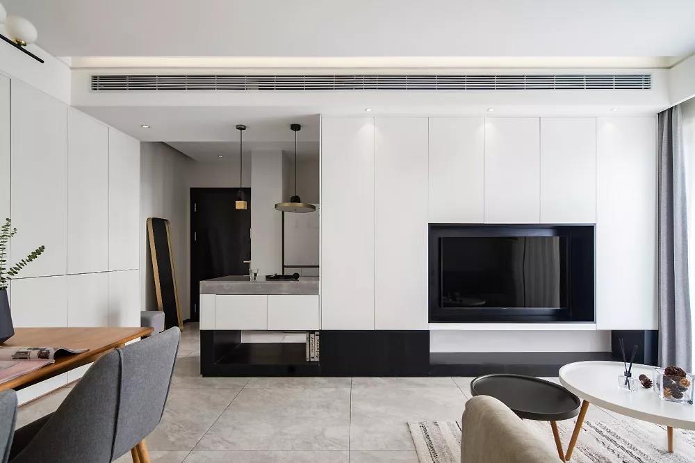 用大面积的柜体做电视背景墙,保持整面造型统一。