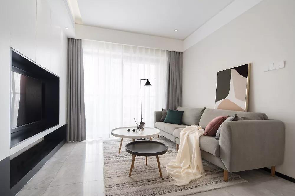 客厅,白净的天花配合造型简单的家具,一切都和谐的存在着,宁静而舒适。
