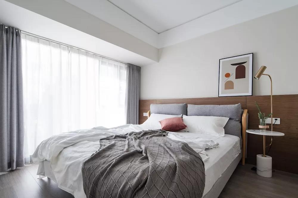 卧室,灰色、白色与木色和谐交融,营造出一种安静、舒适的气质。