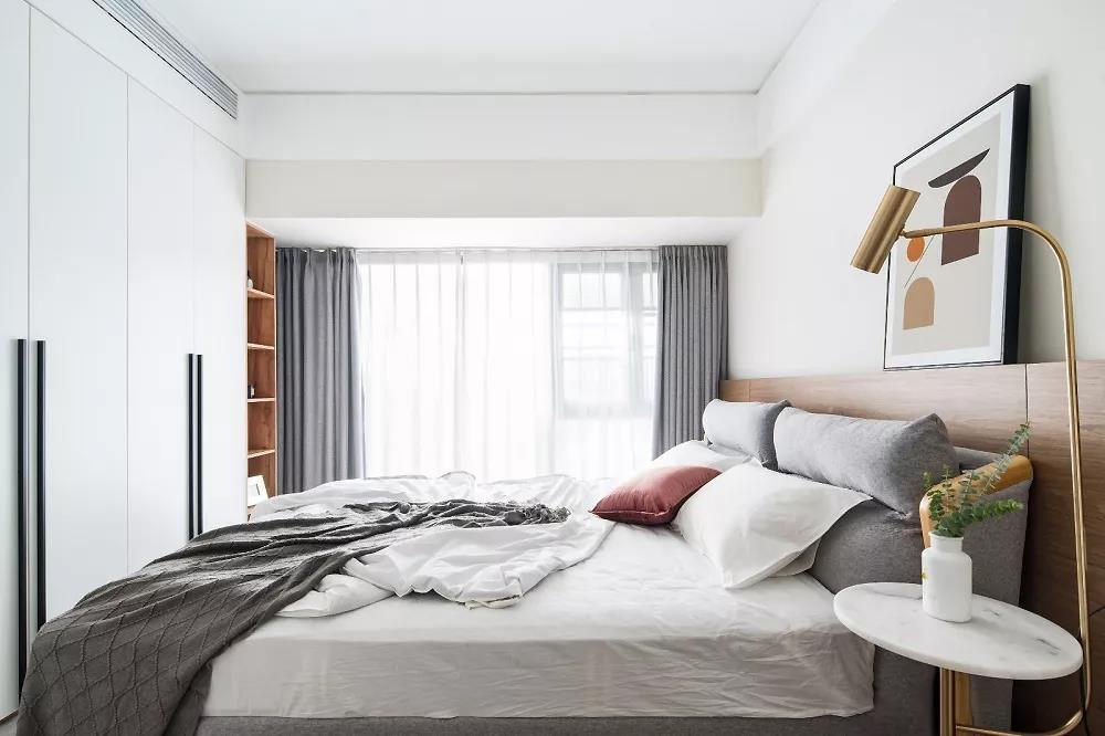 主卧的衣柜做足,满足屋主的储物需求,窗下开放格可以收纳小件物品。