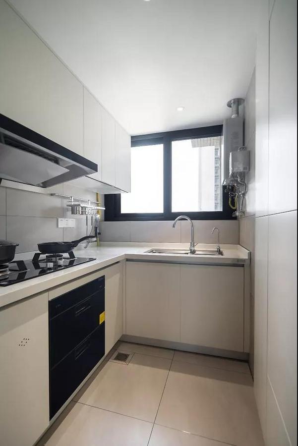 在不大的厨房里合理安排电器,右侧设置了一组偷客厅电视墙空间的高柜,来释放收纳压力。
