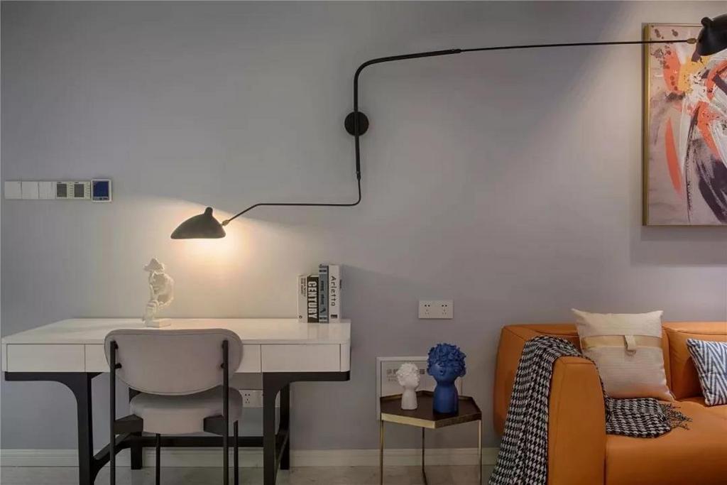 厨房这个空间非常大,设计师沿着墙面来做橱柜,然后中间摆放一个大岛台,整体的配色方案也是灰色与白色相间,带来简单、舒适的感觉。