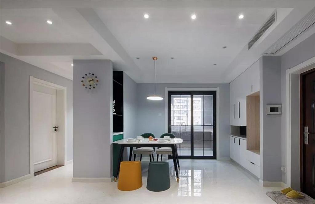 卫生间做了干湿分离的设计,玻璃隔板把淋浴区和马桶、洗手台分开,大圆镜是小编很喜欢的款式,看起来更有格调感。