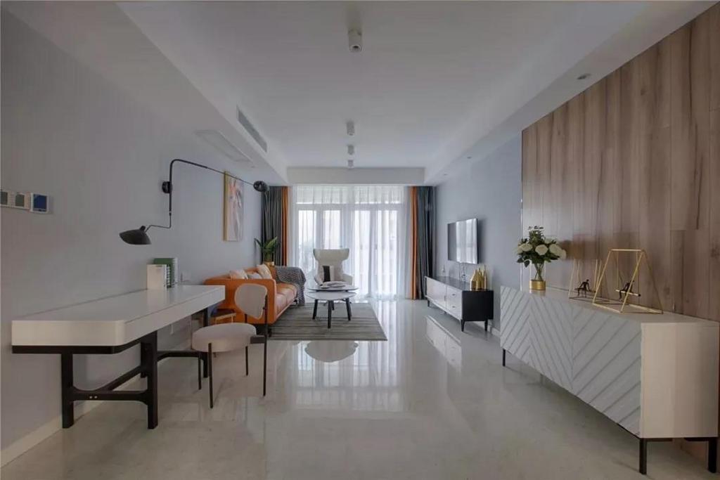 客厅和餐厅之间没有做隔断,沙发背景墙被刷成了变色,搭配两个简单的装饰品,沙发、地毯和窗帘都选择了灰色的,让客厅看起来更加轻松。