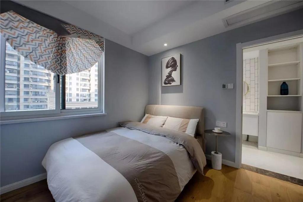床头背景墙是做了白色的造型,然后左右两侧是木饰面板,让卧室多出一些层次感,白色造型后方加上藏光设计,看起来会更时尚。