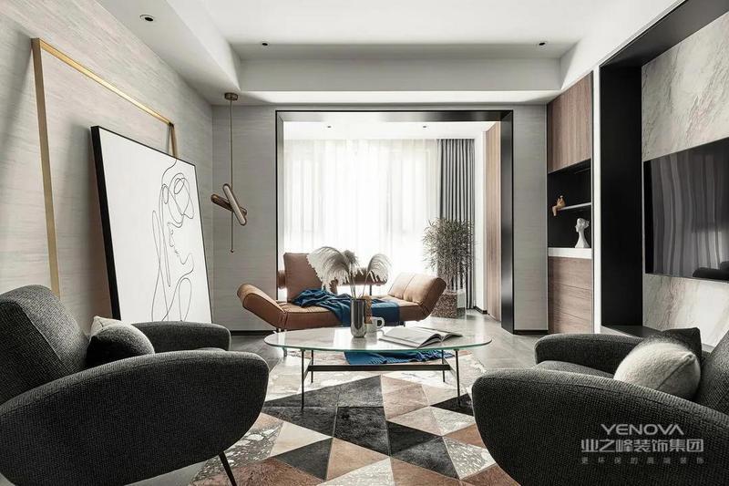 客厅和休闲阳台打通,空间宽敞,视野开阔。阳台还定制了木色无把手储物柜,方便实用同时又有质感