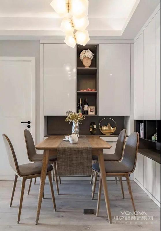 餐厅在入户门的侧面就是L型的餐边柜、鞋柜合一的设计,餐桌椅靠着柜子摆放,原木风的餐桌椅搭配布艺坐垫,显得格外的温馨、舒适。