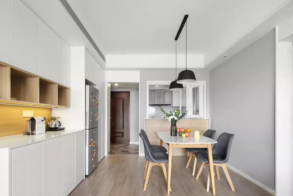 在餐厅处还增加了一个操作台,解决厨房不够大的问题,暖光灯带的设计为日常生活提供便利与温馨感。