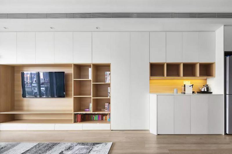 电视背景墙,大面积的定制柜体延伸至餐厅区域,保证强大的收纳功能。统一的柜门造型让整体更显简洁,同时利用木色增添层次突出电视墙造型。