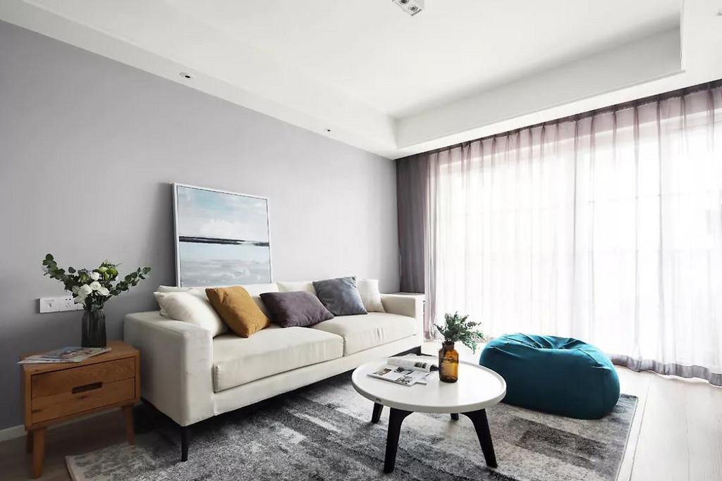 这是一套北欧风格的装修案例,灰、白与木的配色经典而令人无限回味,带着一份沁透心脾的舒柔和爽朗,展现着纯净、明亮与简洁的视觉享受。
