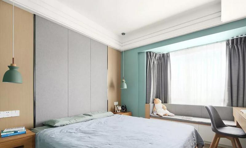 主卧以清新的绿色系为空间定调,灰色与木色的加入增添一份平和与温馨感,窗边卡座的设计将空间利用得更加实用。