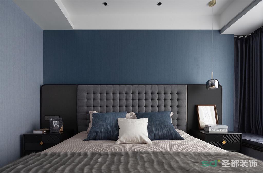 卧室色调沉稳,设计考究,将深与浅、明与暗融合得恰到好处。