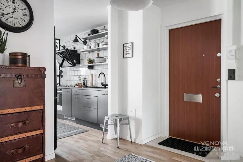 玄关的设计比较简单,在入户门对面的墙壁设计收纳柜,满足平时收纳的需求,旁边用绿植做简单点缀