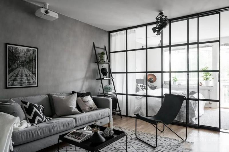 客厅面积不大,但整体空间看着也不拥挤。以沙发为中心,旁边布置单人椅、托盘茶几、梯式收纳