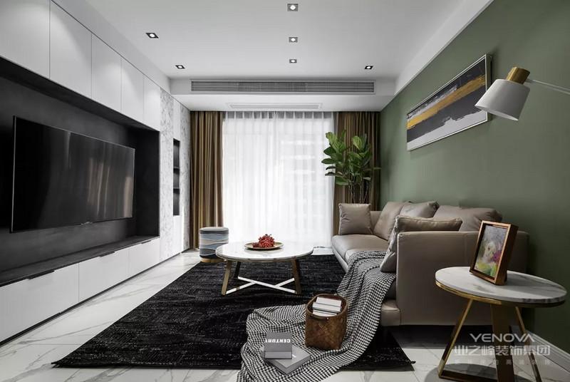 客厅的电视背景墙做了满墙的定制柜设计,电视周边的空间选择了黑色调,让电视背景墙的层次更为分明。