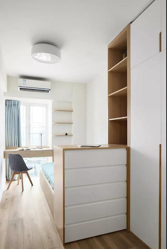 次卧通过半高原木柜体将床围合起来,给床的位置保留了隐蔽性,同时也增强了实用性。
