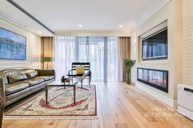 整个客厅的空间大面积的使用了木质大结疤地板。