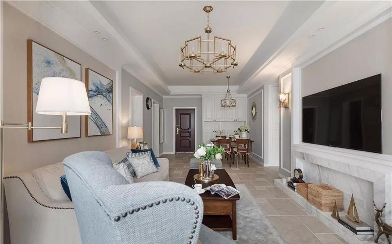 米色沙发搭配同色系的浅色地板,以及米色、白色的墙面,共同营造客厅优雅舒适的氛围。